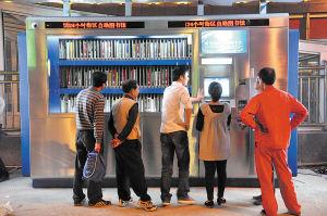 昨日,岳麓区步步高商业广场前坪,24小时街区自助图书馆开放。张军 摄