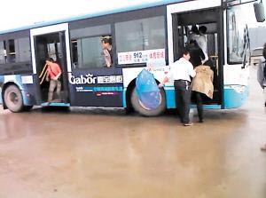 伤者被送上912区间线路公交车上。均为 黄伟 摄