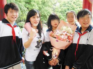 昨日上午,失主张露平来天心一中对4位女学生表示感谢。  徐运源 摄
