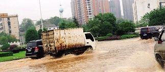 4月30日上午,益阳市益阳大道,车辆涉水通行。图/摄友团姚戈