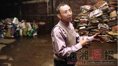 5月3日,长沙申奥美域,孙先生存了13吨废品没有卖出去,成本近两万,他说生意越来越难做。 图/记者刘有志