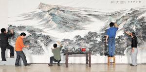 昨日,画家们对《衡岳松云图》进行最后的修改。李柏林 摄