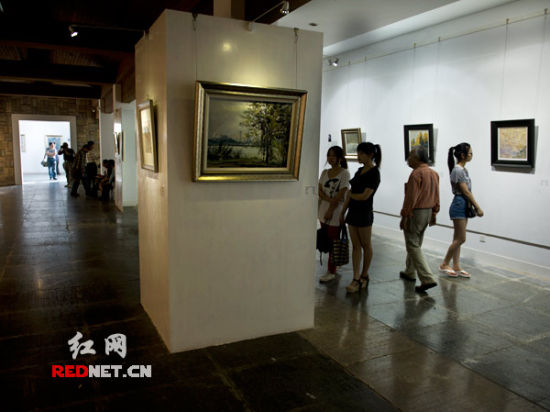 """5月5日,""""2012・域――长沙画派长沙窑风情八人作品展""""在长沙月湖公园千年时间当代艺术中心开幕。"""