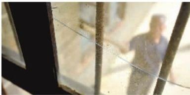5月7日,长沙县高桥镇范林村,周志成老人发现自家的老房子窗户玻璃震裂了好几块。