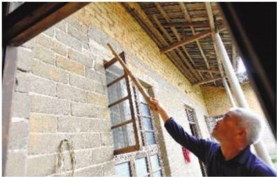 5月7日,长沙县高桥镇范林村,周志成老人发现自家老房子外墙的裂缝加大了不少。