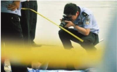 5月8日,湖南烈士公园年嘉湖,落水失踪的戴姓男子被打捞上岸,公安部门正在检测该男子死因。记者 伍霞 摄
