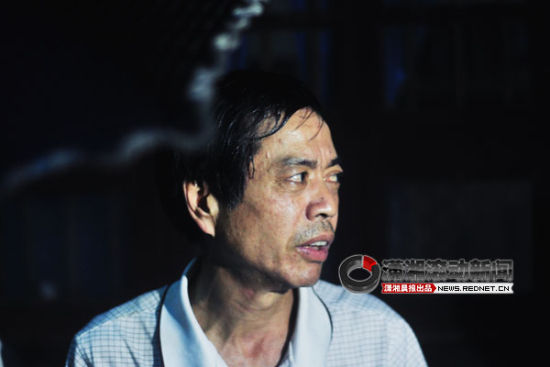 被烧房屋的房主对着突如其来的火灾感到很无奈。图/潇湘晨报滚动新闻记者 赵赫廷
