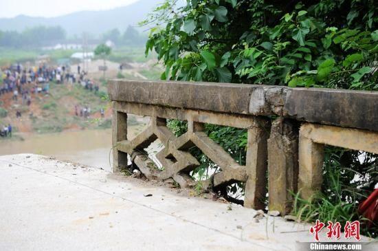 5月13日8点50分,湖南岳阳平江县余坪乡和梅仙镇交界处的昌江河上一座名叫永固桥的三孔石拱桥被特大山洪冲击垮塌,初步摸排事发时有9人掉入江中,现已确认救起3名落水者,尚有6人失踪。杨华峰 摄