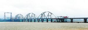 昨日,福元路湘江大桥三跨钢拱顶推只剩下最后约20米的施工距离。余志雄 摄