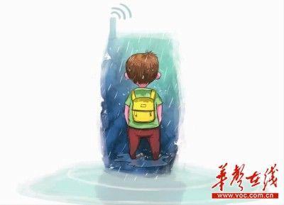 幼儿园老师忘说解散 三岁男孩不敢离开淋半天雨