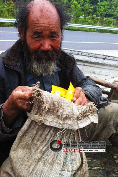 (一条腿、一把木椅、一根拐杖和一个塑料包,61岁老人黄友朋2011年8月从湖北孝感出发,费时300多天,步行千里准备到湖南老家办理户口。图/潇湘晨报滚动新闻通讯员 黄竹)