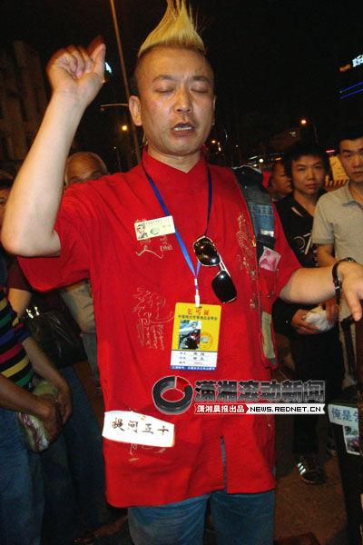 这身行头,很难有人相信他是真乞丐。图/潇湘晨报滚动新闻记者 陈斌