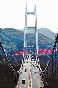 世界峡谷跨径最大悬索桥――湘西矮寨特大悬索桥。 本报记者 刘尚文 摄