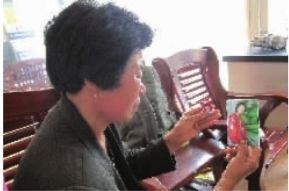 阳介香看着女儿刘专的相片低声啜泣。见习记者 雷昕 摄