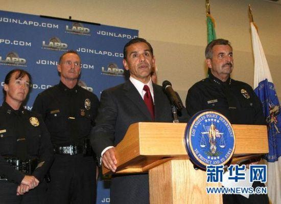 5月18日晚,美国洛杉矶市市长维拉莱戈萨(左三)和洛杉矶警察局局长查理・贝克(右一)在洛杉矶警察局大楼举办的新闻发布会上联合宣布,枪杀南加州大学中国留学生的两名嫌犯当天下午被抓获。新华社发(赵汉荣摄)
