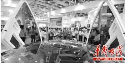 市民在中博会展览现场参观体验新科技产品。 记者 李丹 摄