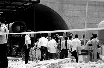 ▲昨天中午,部分家属进入警戒线内,想在此哀悼亲人。本报记者王苡萱摄