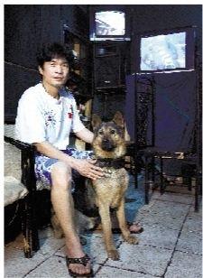 宋稳朝和他的狼狗。