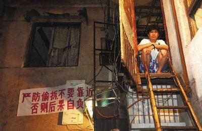 傍晚来临,宋稳朝经常像这样坐在二楼门口看着湘江发呆。