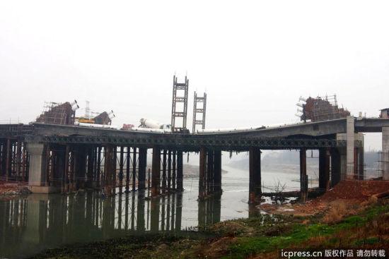 3月12日晚,湖南娄底吉星路涟水河大桥发生局部下塌。