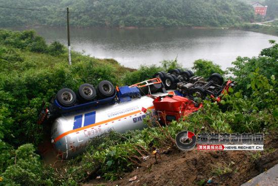 5月24日上午10点左右,一辆装载着24吨液化气的槽车在107国道岳阳县新开镇路段翻下公路。图/潇湘晨报滚动新闻通讯员 郭峰