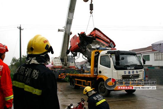 吊车在紧急起吊液化气槽车的罐体。图/潇湘晨报滚动新闻通讯员 郭峰