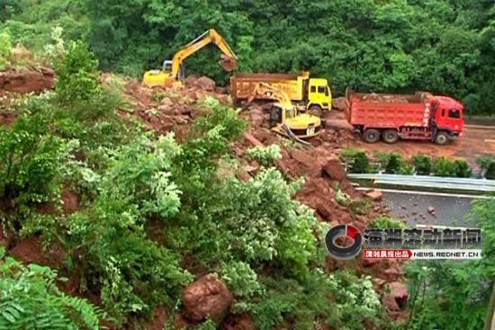 (从山体滑下来的巨大石块和泥土将高速公路110多米的双向车道及两侧全部覆盖。视频截图)
