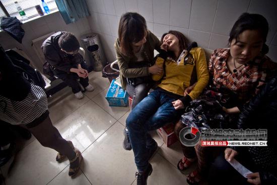 5月25日,长沙市中心医院,熊建波的妻子哭得伤心欲绝,连夜赶来病房的儿子坐在角落里始终一声不吭,不能承受这一突如其来的意外。图/潇湘晨报滚动新闻实习记者 赵赫廷