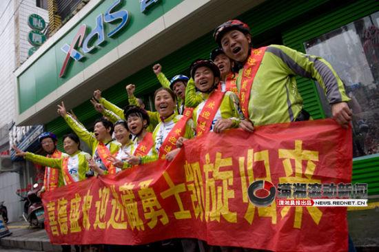 (5月26日,长沙雄风车队的13名中老年人从拉萨回到了长沙。图/潇湘晨报滚动新闻记者 张轶)
