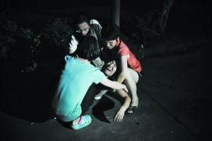 得知女儿杨满英(音)溺水身亡的消息,她的母亲瞬间瘫倒在地,痛哭不止。