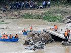 湖南平江县一桥垮塌多人失踪