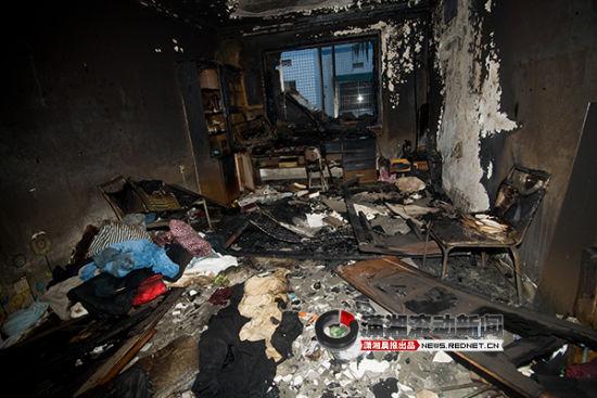 (起火的一间大卧室已经全部被烧毁。图/潇湘晨报滚动新闻记者 赵赫廷)