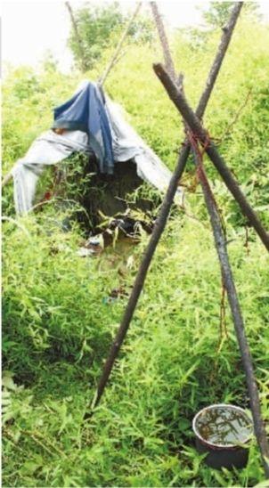 5月29日,长沙市芙蓉南路幸福庄园对面荒山,坟地附近发现一处搭建的帐篷,内有许多生活用品。实习生 骆毅 摄