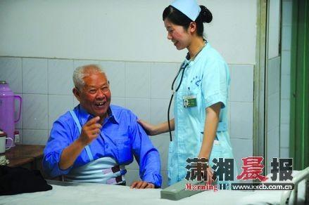 昨日,株洲市二医院,何遥在和一名患者聊天,询问他的康复情况。图/记者邵骁歆