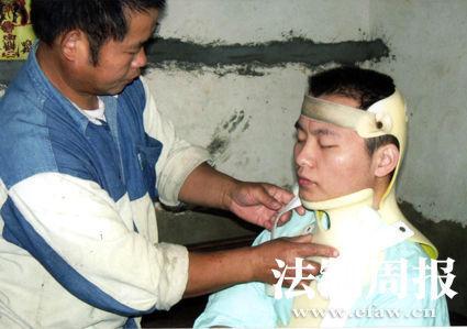 事发后易亮佩戴着头颈胸外固定支架。