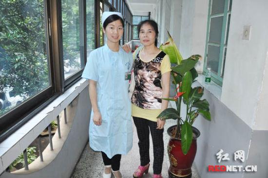 相互的理解、宽容,何遥(左一)与病人杨大爷的儿媳成了好朋友。)