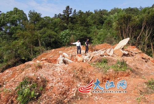 王家的4座坟墓全部被拆毁了。
