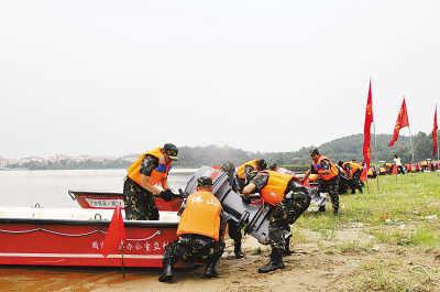 图为广东防汛抢险民兵轻舟机动一大队队员在进行防汛抢险演练。杨翼摄