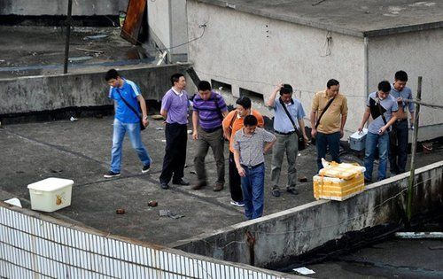 6月2日,湖南浏阳发生一起碎尸惨案。当日,在一个四层的商住楼顶发现白色的泡沫盒装,这个装菜的箱子被用来装碎尸并拌上厚厚的食用盐。陈子龙/摄发现尸体现场