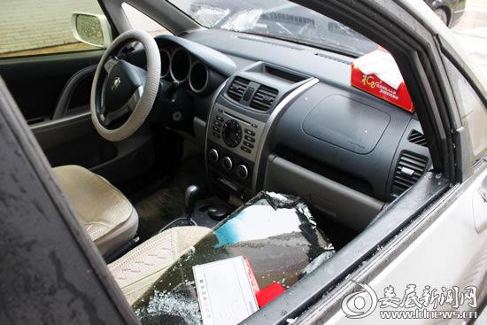 6月1日,娄底大汉巨龙家园小区6辆私家车在一夜之间被砸,引起居民对物业管理的质疑