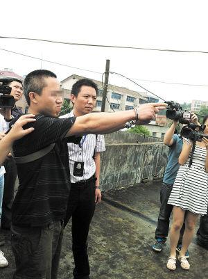 犯罪嫌疑人叶某昨日在警方押解下指认抛尸现场。 傅小平 摄