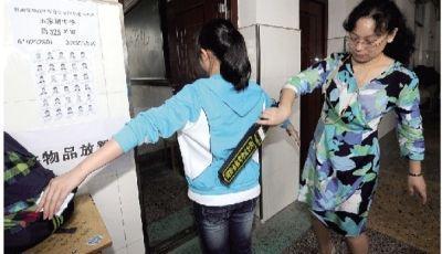 6月6日下午,长沙市田家炳实验中学,每位考生进入考场前都必须经过安检。记者 范远志 摄