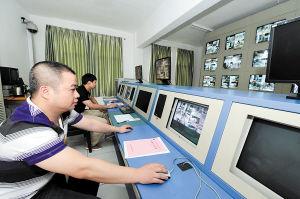 通过监控设备可以直击每个考场的情况。