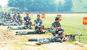 湖南省第六届大学生军用枪射击锦标赛昨日在长沙举行,图为女大学生选手正在进行速度射击。  余志雄 摄
