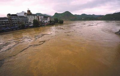 6月10日凌晨,湖南省洪江区(洪江古商城)普降大到暴雨。城区通往外界的数条道路受阻,沅江水位明显上涨,靠山的水田被冲毁。部分地势低洼靠江的民宅被淹,图为水位猛涨的沅江。受降雨影响,湘江长沙段水位截至10日18时,攀升至32.86米,比上午8时水位上涨了0.23米。记者 童迪 摄