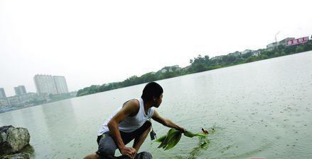 6月10日,宁乡玉潭镇沩河沿江风光带,救人的学生模拟当时救人情景。图/实习记者赵赫廷