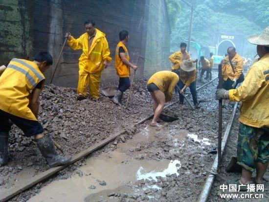 铁路职工正在现场抢修 张宗银摄