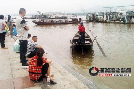 (图为搜救船只正在江面上搜寻失踪的男子。图/潇湘晨报滚动新闻记者 刘有志)