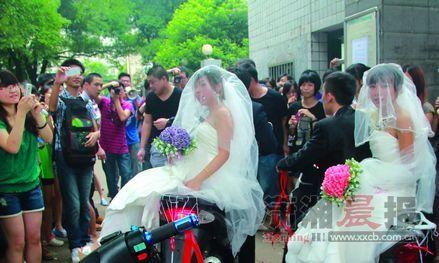 """昨日,中南林业科技大学两对学生在校内举办""""集体婚礼""""。图/郑培宇 于梦妮"""