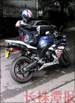 天涯论坛上,网友跟踪拍摄的株洲快递员骑雅马哈R1送快件的照片。 资料图